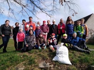 Foto skupiny dobrovolníků při sběru odpadků v obci